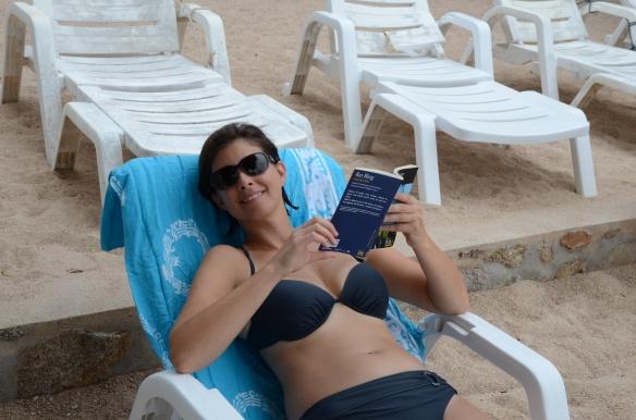 Mélanie lit sur la plage de Tanote Bay