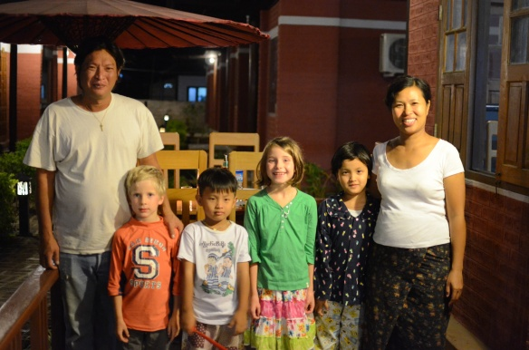 Notre famille adoptive au PYI Guesthouse au Lac Inle. Notre meilleure guesthouse au Myanmar!