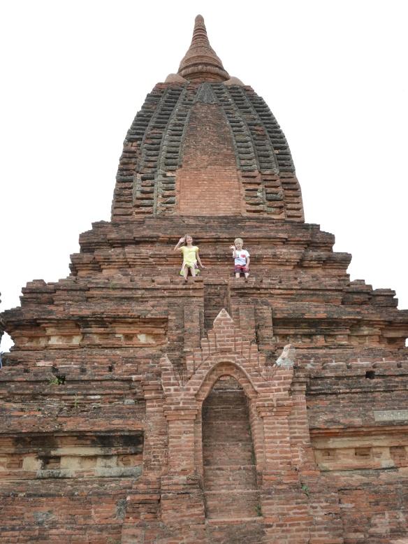 Emma et Théo sur une grande pagode a Bagan