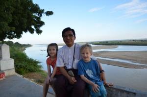 En promenade avec M.Pakkoku. Ils nous a fait visiter sa ville en minivan... Avec la clim! Quel bonheur!