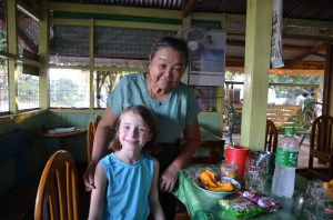 Après avoir lu la lettre de ma soeur, Mme Boat nous a apporté thé, papaye (la meilleure, tellement parfaite!), chips... Nous avions l'impression d'être de la famille!