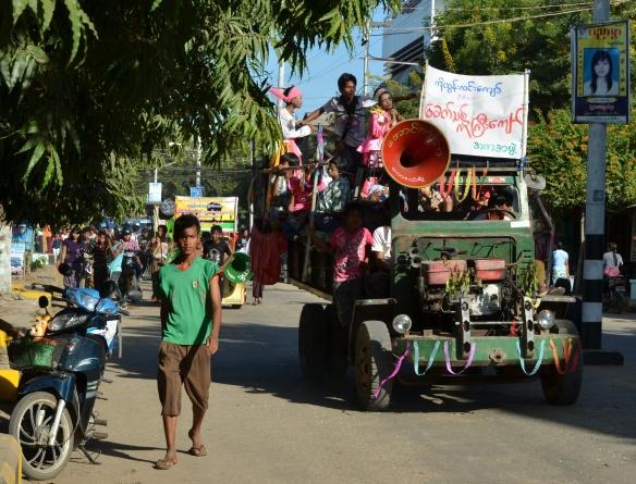 Si le véhicule roule encore, il peut participer au défilé, peu importe son apparence, l'important c'est de célébrer!