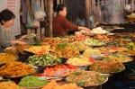 Buffet, ruelle de Luang Prabang. Tu remplis ton assiette pour 10 000 kips (1,25$)!